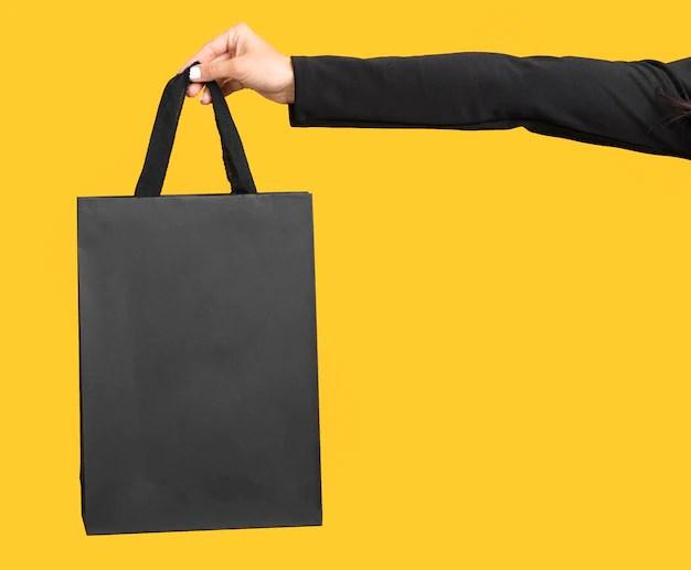 Mulher oferecendo pacote de presente em fundo amarelo