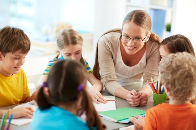Professora e crianças na escola