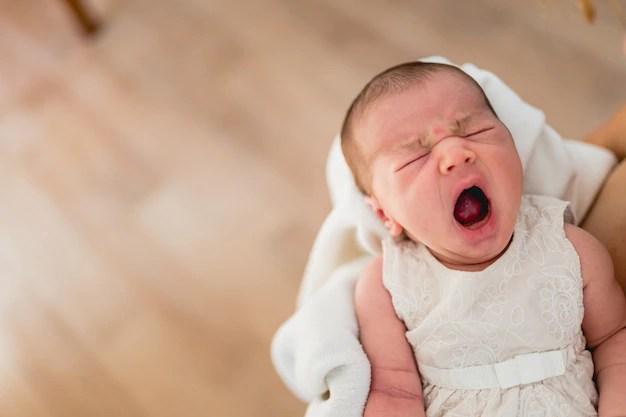 Recém-nascido bocejando