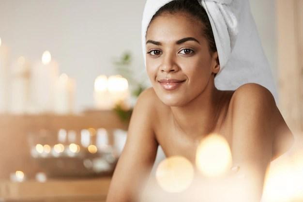 retrato-da-mulher-africana-bonita-com-a-toalha-na-cabeca-que-sorri-descansando-no-salao-spa_176420-12913 Aprenda a cuidar da sua pele no verão