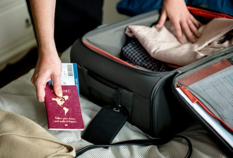Um homem preparando a mala para viajar  | Como organizar uma viagem para qualquer lugar no mundo