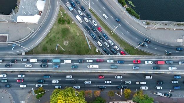 Vista de cima de cruzamento com movimento de carros reaberura coronavirus são paulo