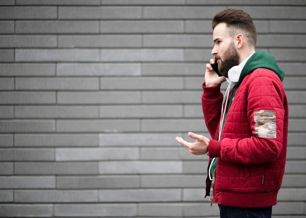 電話で話しているヘッドフォンでサイドビュー男 | 無料の寫真