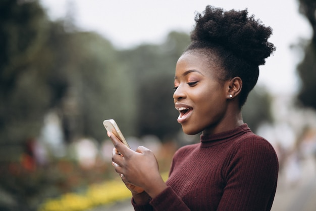 African american business woman with phone   Free Photo