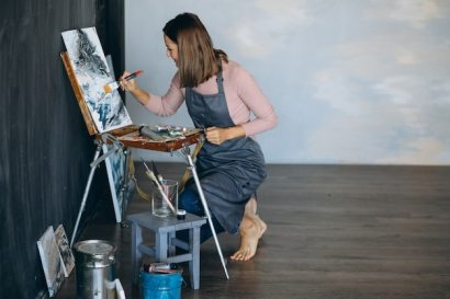 Artist painting in studio Free Photo