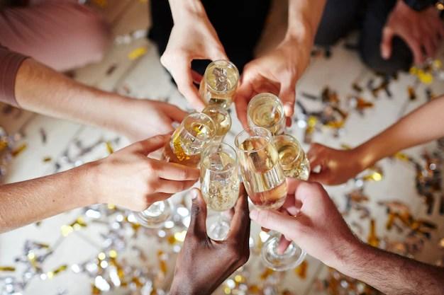 Skåla i champagne