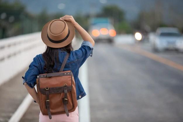 Female tourists spread their arms Free Photo