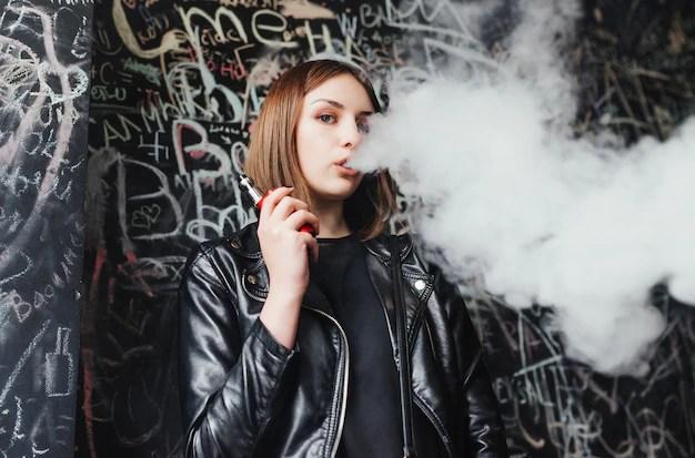 美しい若い女性は煙を吸う。若い女の子が腹を立てる 寫真素材 | 無料ダウンロード