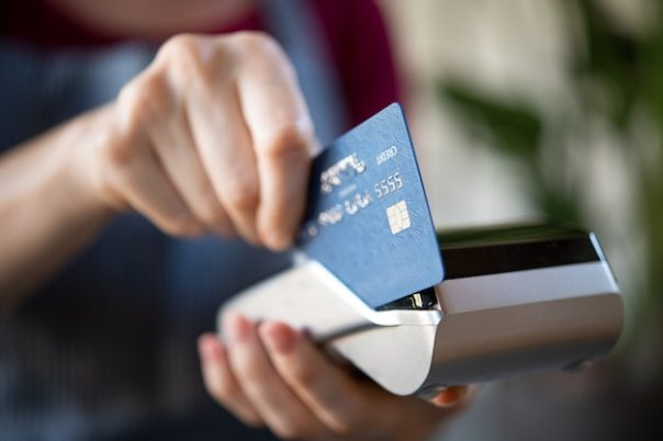 https://i0.wp.com/image.freepik.com/free-photo/waitress-swiping-credit-card-pos_256588-1529.jpg?w=604&ssl=1