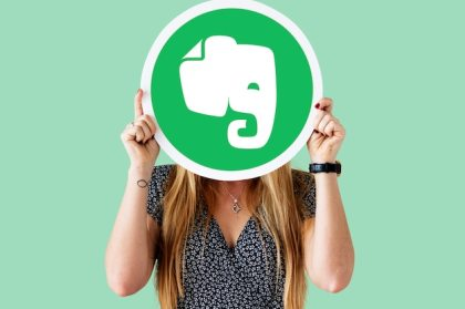 Woman holding an evernote icon Free Photo