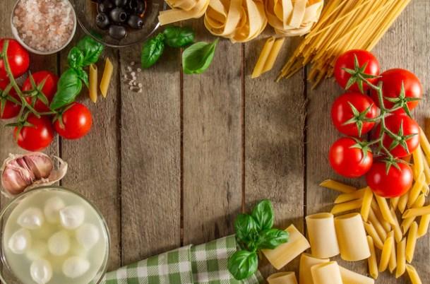 食材で作られたフレームと木製の背景 | 無料の写真