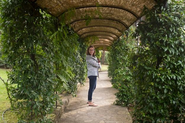 https fr freepik com photos premium heureuse femme debout chemin jardin couvert gaiole in chianti toscane italie 2656034 htm