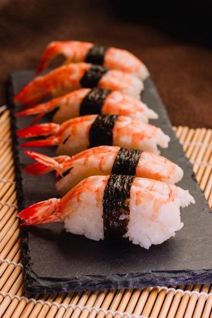 https fr freepik com photos premium image verticale nigiri sushi tapis roulant bambou traditionnel 6224634 htm
