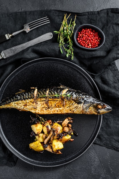 Maquereau Grillé Au Four : maquereau, grillé, Maquereau, Grillé, Pommes, Terre, Champignons., Noir., Dessus, Photo, Premium