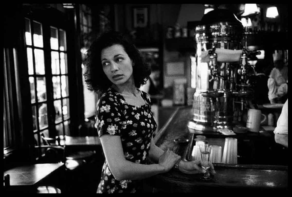 1994-La-Brasserie-de-l'Ile-St.-Louis,-Paris--Peter-Turnley