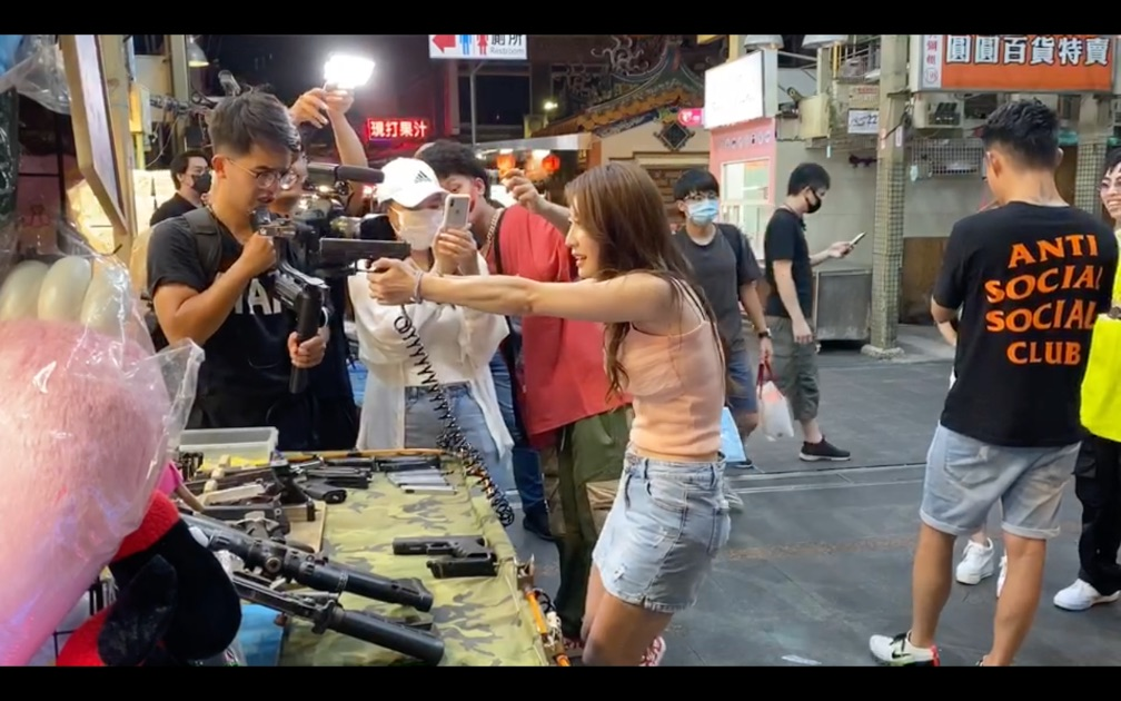 Two Swaggers in Taiwan shook the egg during the night market. and they were shocked when they played games-Cup S