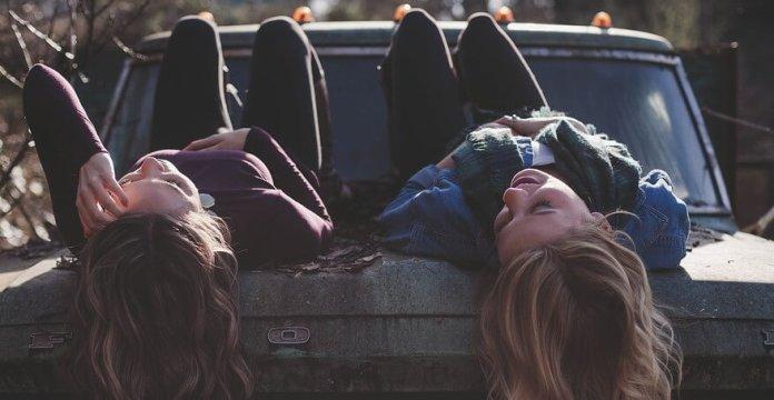 girls_on_car friend