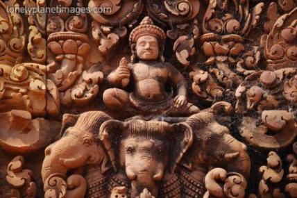 Dewa Indra mengendarai gajah berkepala tiga Airavata diabadikan di kuil Banteay Srei, Kamboja