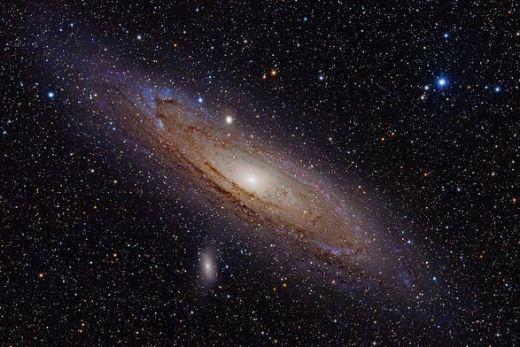 Galaksi terdekat kita: Andromeda. Semua galaksi bergerak saling menjauh satu dengan lainnya