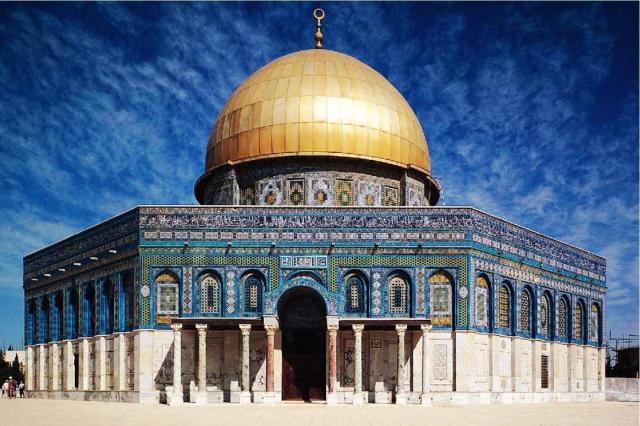Kubah Shakhrah, bangunan bersegi delapan dan berkubah emas yang dibangun di titik dimana Nabi Muhammad berangkat ke langit