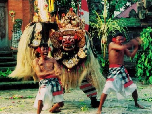 Penari Barong di Bali sedang menunjukkan kekebalan mereka dengan menusukkan keris ke dada mereka