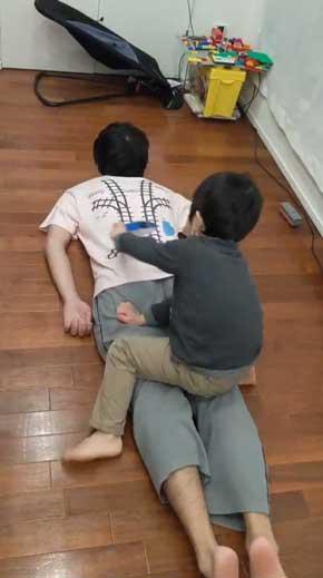 寝転がっていると子供が勝手にマッサージしてくれる Tシャツ 背中 プラレール レール