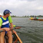 Überraschende Begegnung nahe der Karniner Brücke - Kameraden von der Ruder-Riege TRW unterwegs in Anklamer Booten