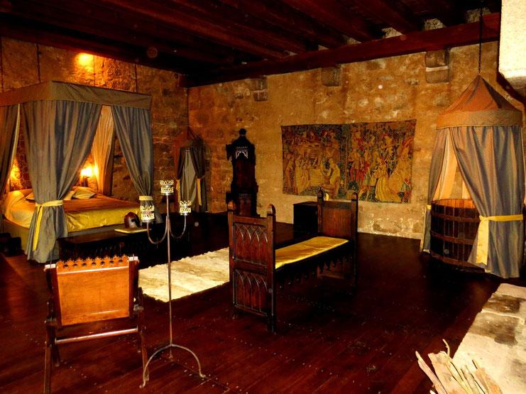 Chambre Seigneuriale  Chambres mdivales  1H du Puy du Fou et du Marais poitevin insolite