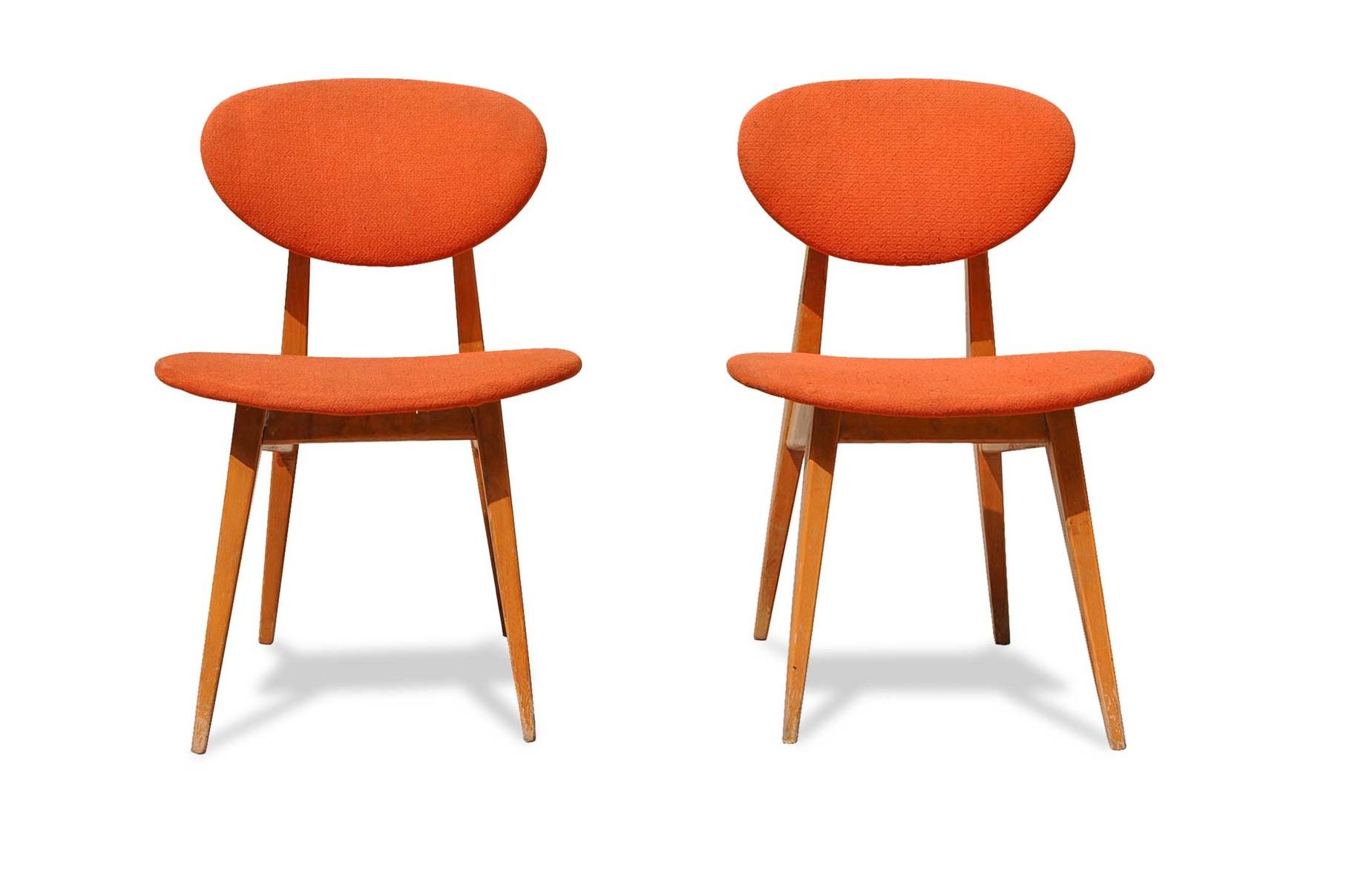 Coppia di sedie in faggio tinto noce di manifattura inglese datate 1960 schienale concavo in legno e fondino imbottito estraibile. Sedie Anni 60 Design Scandinavo Italian Vintage Sofa