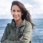 María Oruña, con el mar de fondo en el Faro de Suances