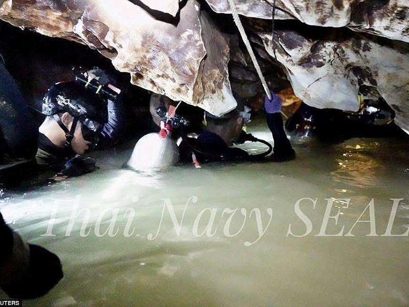 Vẫn còn 4 đặc nhiệm Thai Navy Seals trong hang động