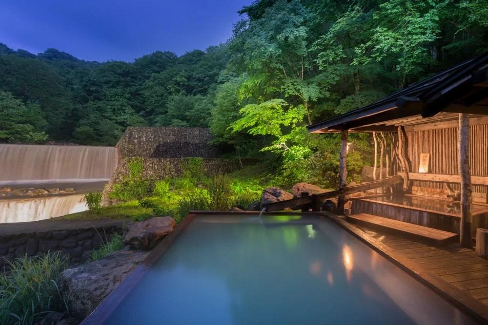 乳藍色溫泉水超靚!日本7個秘境溫泉 邊浸邊睇雪景~ | HolidaySmart 假期日常