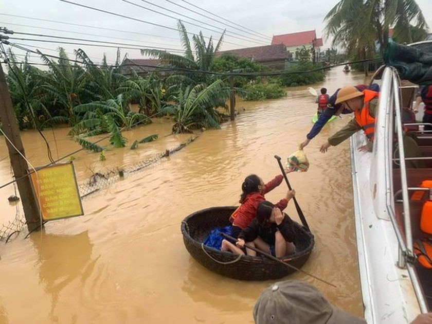 Quang Binh: 95,000 houses trapped under deep floodwater ảnh 11