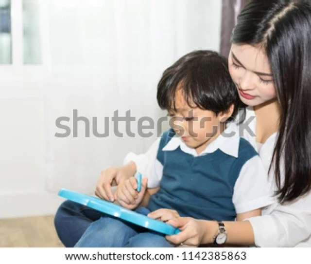 Teachers Is Teaching Students To Write Books In The Classroom Mom Is Teaching Children To
