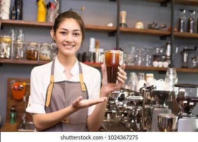 Asian barista woman make a coffee at bar. Woman success to make coffee. - 1008285334 的類似圖片,庫存照片和矢量圖   Shutterstock