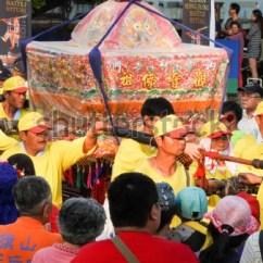 Chair Dance Ritual Song My First Kaohsiung Taiwan April 012018 During Neimens Guan Yin Buddha Stock 01 2018 Neimen S Birthday Festival