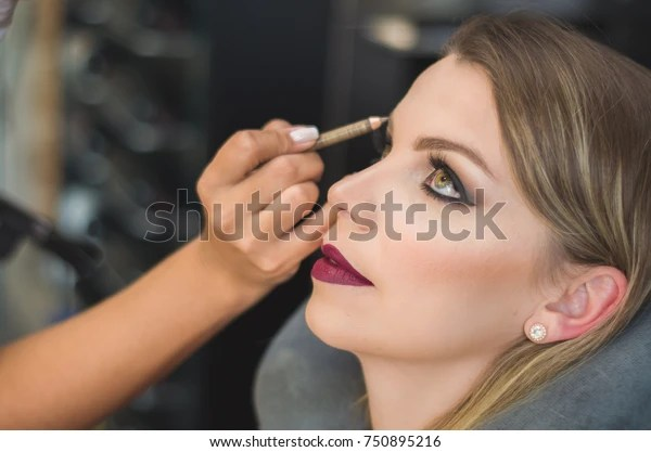 Foto de stock sobre Makeup Artist Making Young Blond Woman (editar ahora) 750895216
