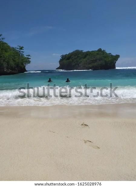 Pesona Wisata Alam Pantai Teluk Asmara Malang - DolanBae