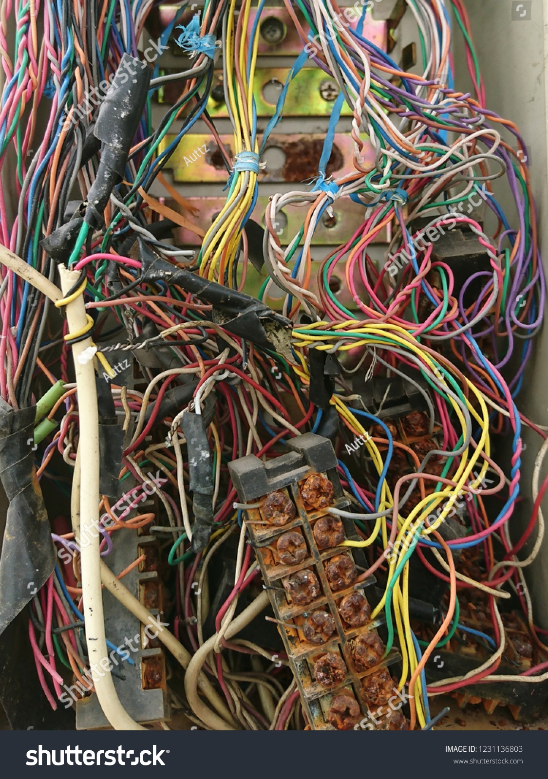 hight resolution of disordered interconnection of landline telephone wires in junction box