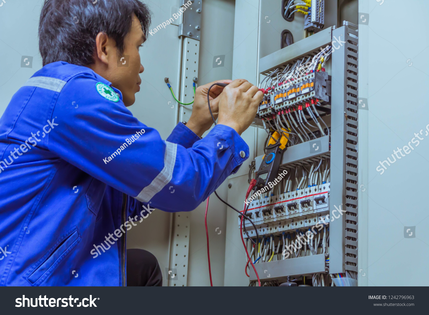 hight resolution of male engineers are checking the electrical system with electronic tools clamp on clip