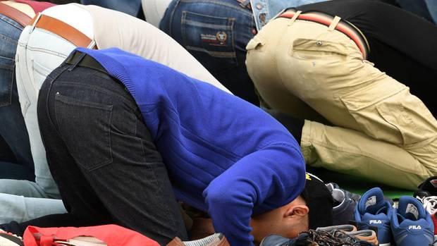 Muslime beim Gebet (Symbolbild) © Ralf Hirschberger/DPA