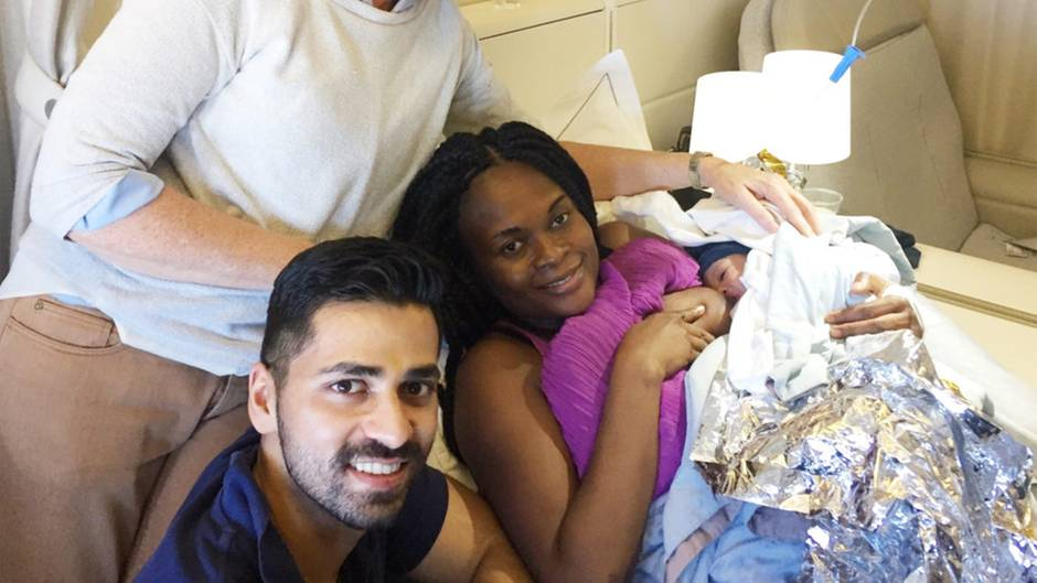 Nacimiento en el avión: las contracciones comenzaron a 10.000 metros, pero esta mujer tiene suerte