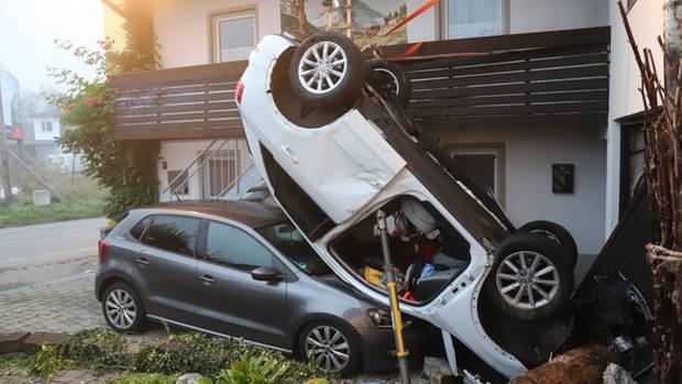 Das Auto steht nach dem Unfall kopfüber auf einem anderen Auto