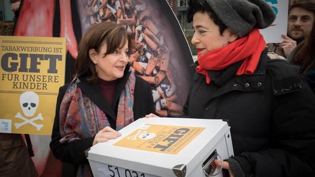Die Initiatoren der Petition gegen Tabakwerbung übergeben die Überschriften an die Drogenbeauftragte