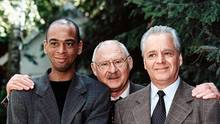 """Bliss wurde 1962 als Sohn einer deutschen Mutter und eines guineischen Vaters in Ost-Berlin geboren. Nach seiner Schauspielausbildung trat er mehrere Jahre am Staatsschauspiel Dresden auf, später war er in Filmen von Doris Dörrie zu sehen (""""Keiner liebt mich"""", """"Bin ich schön?""""). 1997 stieg er als Assistent bei """"Der Alte"""" ein (o., mit Rolf Schimpf (M.) und Michael Ande). 2014 ließ das ZDF ihn und einen Kollegen aus der Serie schreiben, um das Format zu verjüngen. Sanoussi-Bliss ist Drehbuchautor (""""Zurück auf Los""""), Autor (""""Der Nix"""") und Regisseur."""