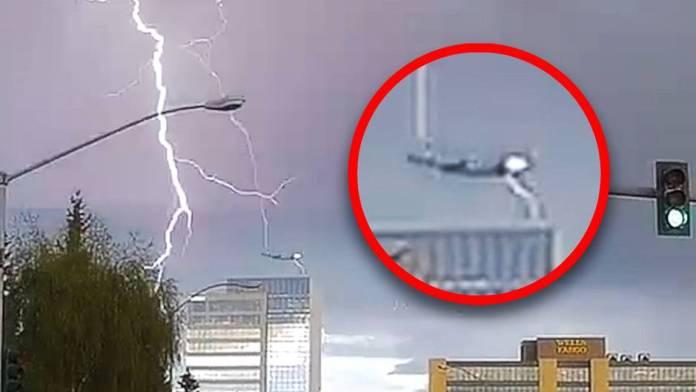 L'avion est frappé par la foudre