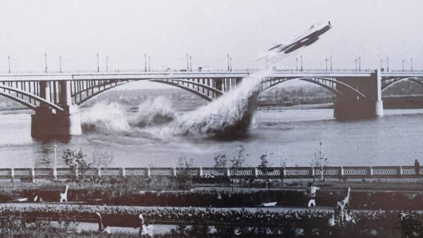 Genauso berühmt ist dieses Bild: Eine Mig taucht in Sibirien unter einer Brücke durch. Doch leider ist es eine Montage.