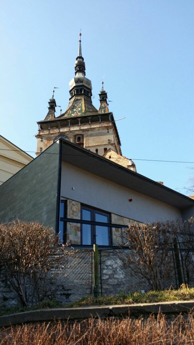 cladire moderna Sighisoara vs biserica