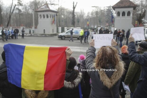 Imagini pentru imagini cu Iohannis intre manifestanti