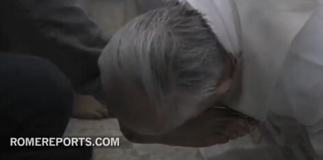 Papa Francisc spala si saruta picioarele unor detinuti